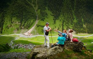 Trekking am Fuße des Berges Kazbek